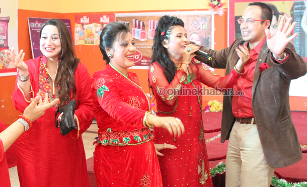 komal-oli-dance-with-anil-s